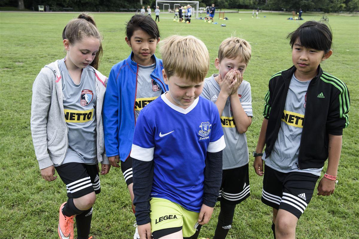 Fodboldklubben er et af de fællesskaber, som danskerne kan undvære på børnenes vegne. De fleste danskere kan nemlig godt undvære at have råd til kontingent til børns fritidsaktiviteter uden at føle sig fattige.